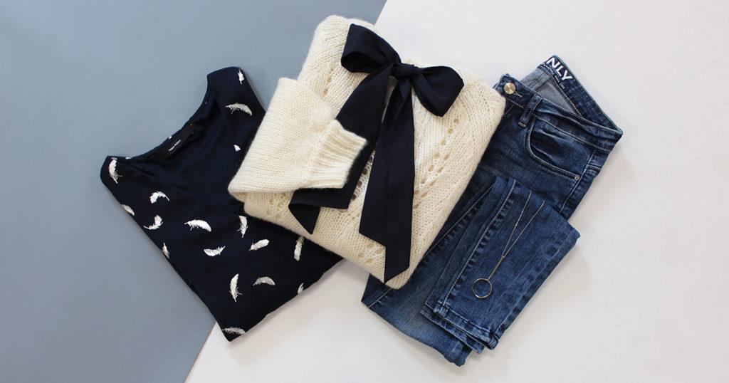 Un look complet de 3 vêtements, un jean, une blouse aux imprimés dorés et un pull romantique avec un joli noeud de chez Grace and Mila.
